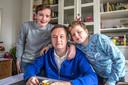 Roeland Rietveld met zijn zoons. De alleenstaande vader uit Zwolle onderging dit voorjaar een stamceltransplantatie in Moskou.