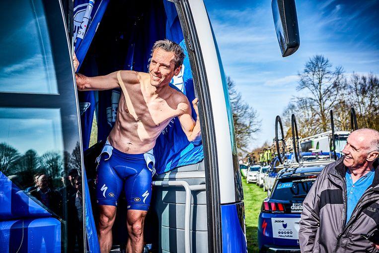 """Philippe Gilbert voor de start van Parijs Roubaix. De Waal had de klassieker met rode inkt aangeduid in zijn agenda, maar was toch ontspannen zoals altijd. """"'Phil' was een fantastische man om mee samen te werken"""", vindt Eggers."""