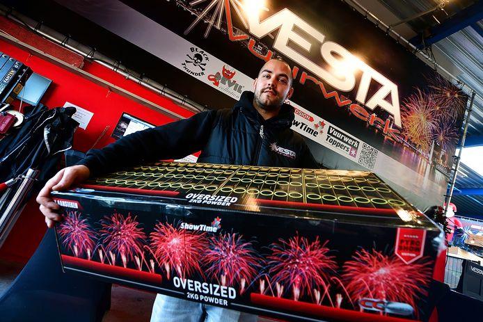Jeffrey Tepe van Vesta Vuurwerk in Roosendaal laat ziet wat de trend is in vuurwerkland: grote compoundboxen die een heuse vuurwerkshow geven.