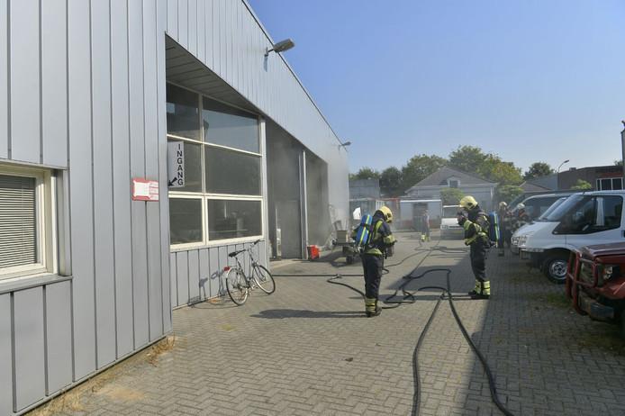 In een bedrijf aan de Denestraat in Reusel is brand ontstaan.