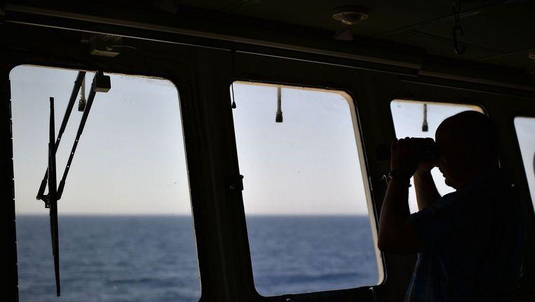 Alexander Moroz, de Wit-Russische kapitein van het voormalige vissersschip Aquarius, kijkt uit over zee, op zoek naar migrantenbootjes. Beeld afp