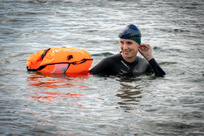 Petra Guijt zwemt vanaf vrijdag enkele keren met Maarten van der Weijden mee tijdens de Elfstedenzwemtocht.