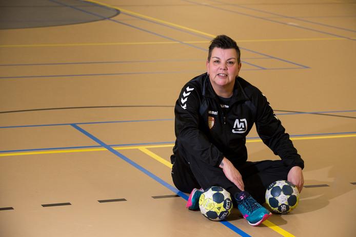 Monique Tijsterman coach van de handbalbaldames van Dalfsen.
