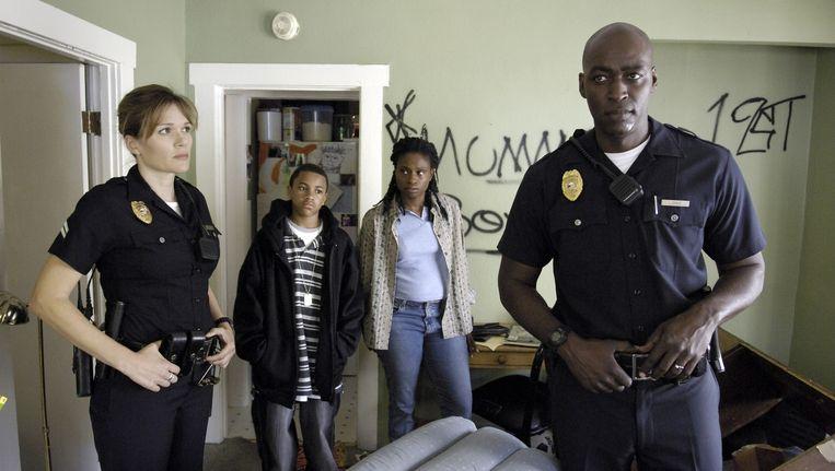 Archiefbeeld van Michael Jace (r) op de set van de serie 'The Shield' in 2009.
