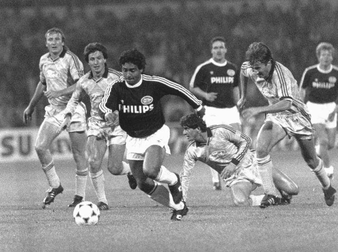 1989: Romário dolt de defensie van Steaua Boekarest.