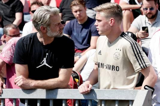 Kenneth Taylor (r) van Ajax onder 17 langs de lijn met een fan bij Ajax-Anderlecht.