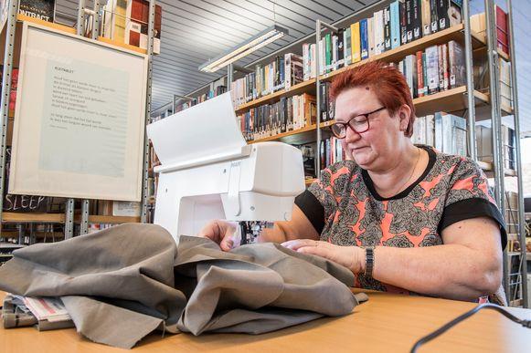Voor het eerst werden er tijdens het Repair Café in de bib van Pittem ook kledingsstukken hersteld