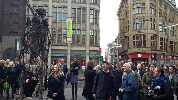 Kunstenaar Folkert de Jong (met pet) bij zijn beeld dat een prominente plek op het Spui heeft gekregen.