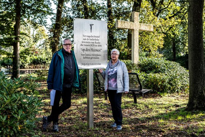 Jan Leenhouts en Hennie Kruiper van de Historische Vereniging Raalte en Omstreken op de plek waar de nieuwe kapel zou moeten komen.