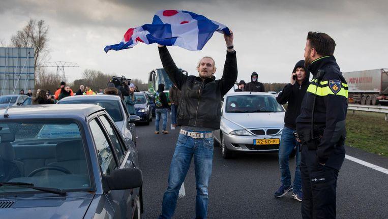 Voorstanders van Zwarte Pieten hielden zaterdag op de snelweg bij de afslag Oudehaske enkele bussen tegen van mensen die wilden demonstreren tegen Zwarte Piet. Beeld ANP