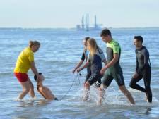 Zeeuwse lifeguards oefenen hoe ze zwemmers kunnen redden uit muien en zopers