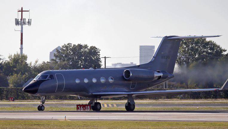 Het tweede slachtoffer van het ebolavirus in de VS, Amber Vinson, wordt met een ambulancevliegtuig vervoerd. Beeld getty