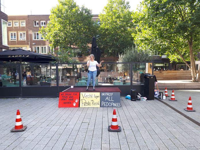 Een demonstrant op een geïmproviseerd podium.