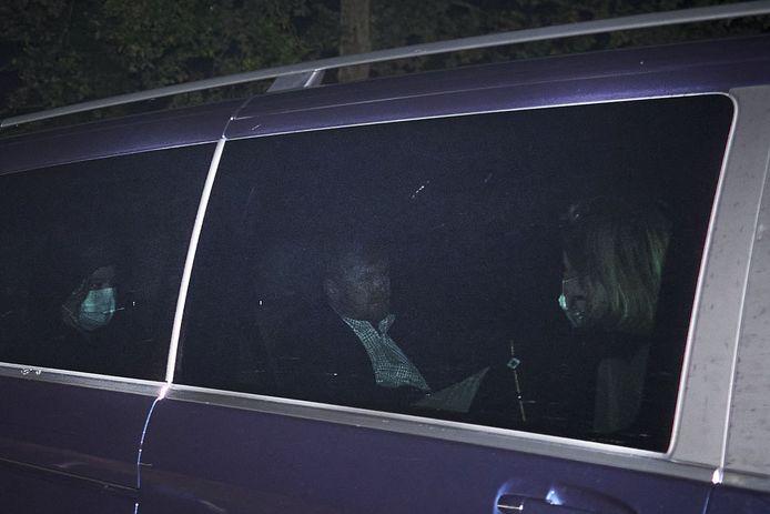 De auto van koning Willem-Alexander komt aan bij paleis Huis ten Bosch. Koning Willem-Alexander, koningin Maxima en hun dochters zijn weer in het land, nadat ze hun vakantie in Griekenland afbraken.