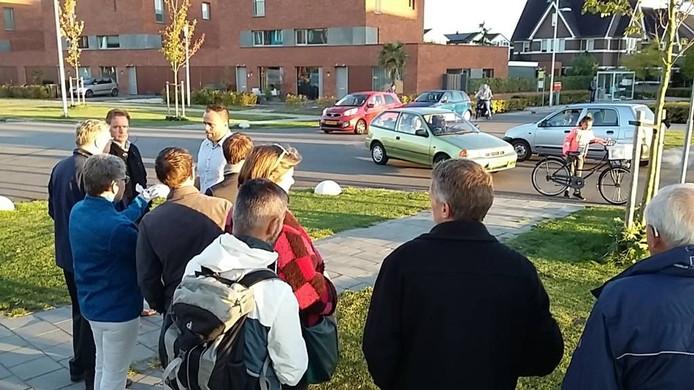Bewoners geven raadsleden vanochtend uitleg, op de kruising Laan van Charleston / Distelvlinderlaan. Foto Matthijs Oppenhuizen