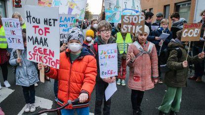 Leerlingen met mondmaskers eisen propere lucht
