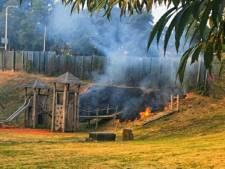 Stuk gras weggebrand bij speeltuintje in Enschede