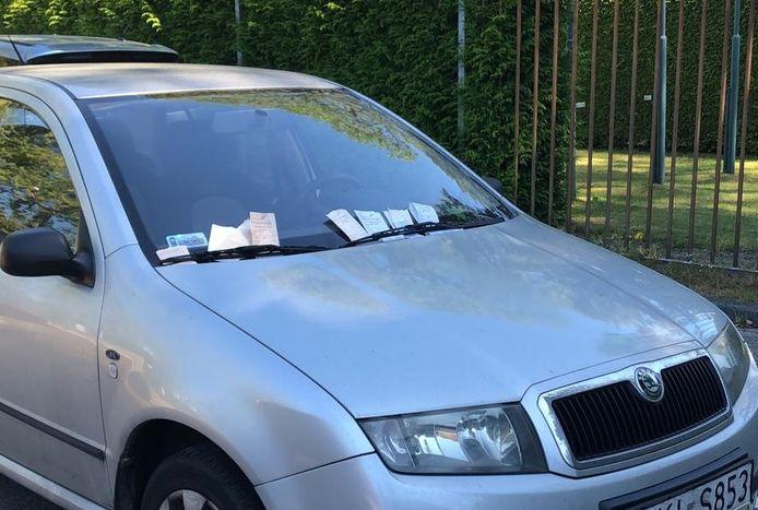 De Skoda met Pools kenteken die bedolven wordt onder parkeerboetes