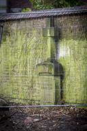 Het stenen landkruis wordt binnenkort vanuit de tuin van de huishoudschool overgeplaatst naar de begraafplaats aan de Hengelosestraat.