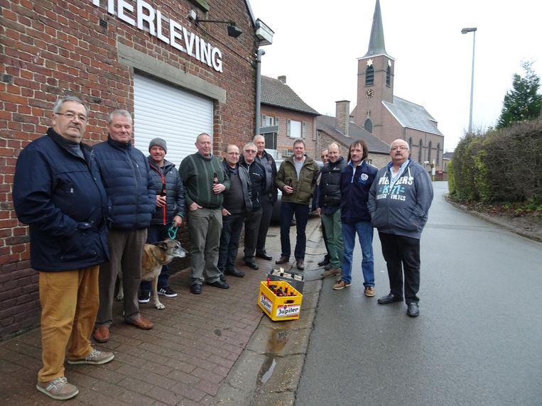 Ondanks een verlies van 1.200 euro bracht Hugo Van den Eeckhout (tweede van rechts) uit Bambrugge zaterdagochtend als troost twee bakken bier mee.