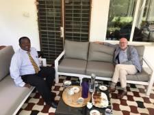 Oud-Heraclied Sunday Manara barst van  de ideeën na kopje koffie met de ambassadeur