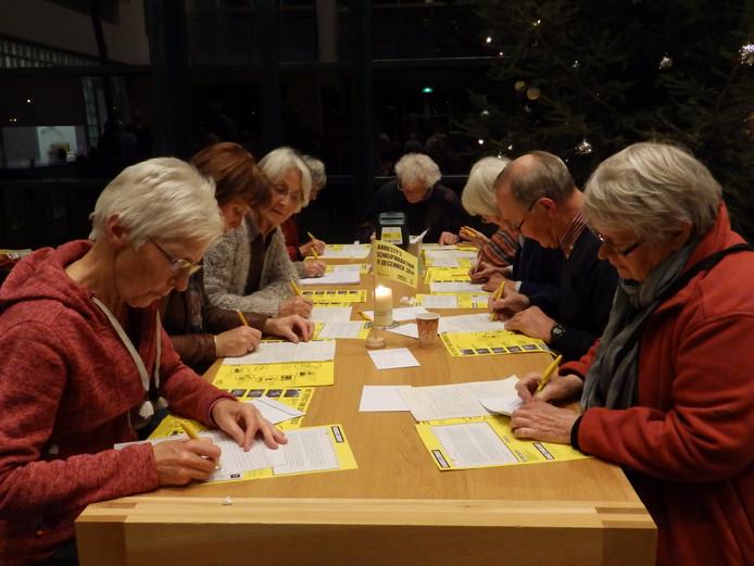 Brieven schrijven voor Amnesty International. Archieffoto