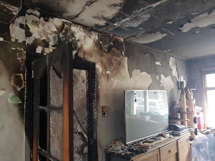 De woning aan de Vossiusstraat is door de brand onbewoonbaar verklaard.