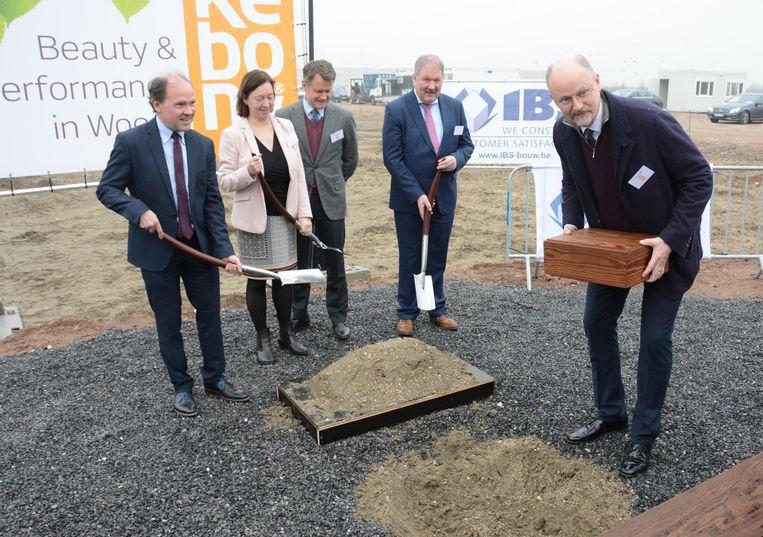 Een tijdscapsule in Kebony-hout werd gisteren symbolisch begraven. Het kistje zal over twintig jaar weer bovengehaald worden.