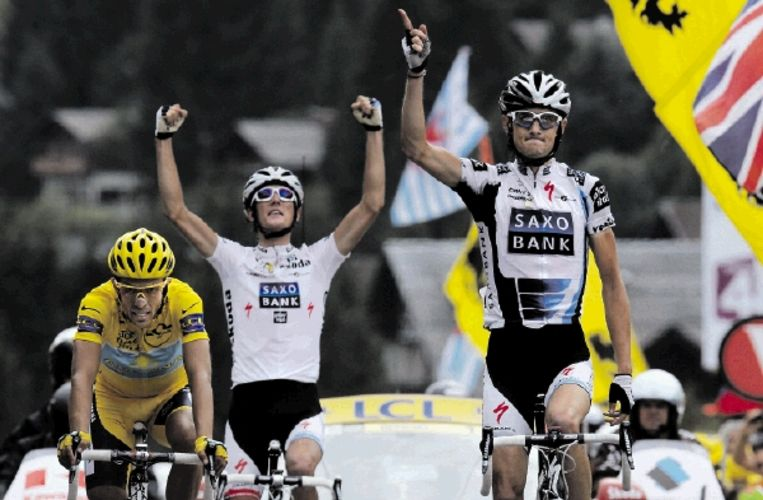 Frank Schleck (rechts) en broer Andy zijn blij met hun galavoorstelling in de zeventiende etappe. Geletruidrager Contador kent zijn plaats. ( FOTO AFP) Beeld AFP