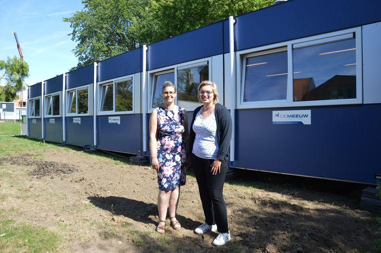 Juffen Dorien Pletinckx en Amanda Verbeirens van basisschool de Kameleon in Ninove starten het schooljaar met nieuwe klaslokalen voor het vierde leerjaar.