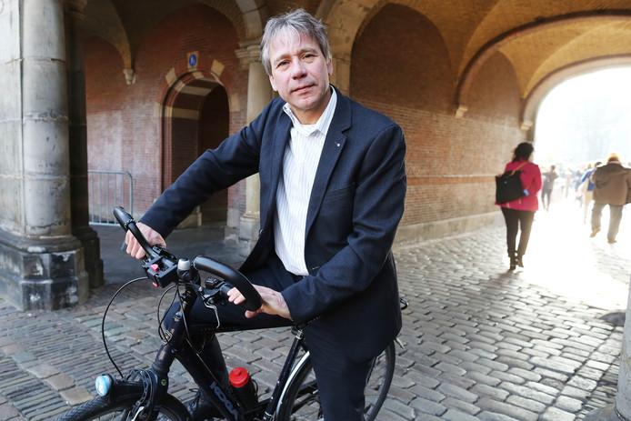 Rik Grashoff (GroenLinks) op de fiets op het Binnenhof, waar hij toen als Tweede Kamerlid werkte.