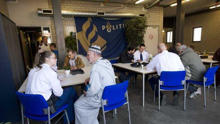 Mensen doen aangifte tegen Geert Wilders bij een politiebureau in Amsterdam. Beeld anp