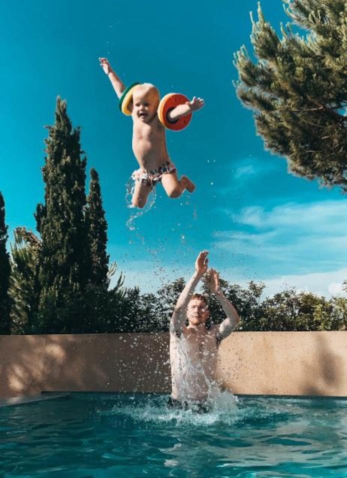 """Profitant de la piscine pendant ses vacances, Kevin De Bruyne s'est servi de son fils... comme ballon de basket.  """"Je jette mon fils comme une balle de basket car la saison de NBA me manque"""", a-t-il écrit sur Twitter."""