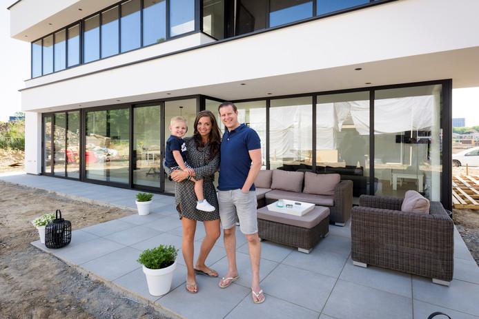 Marc Santegoeds en Rayke Jansen met Julian op het terras van hun 'Ibiza-woning' op Strijp-R aan de rand van de stad.