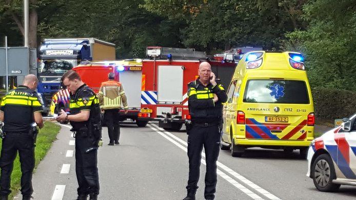 Ongeval op de N271 in Plasmolen.Frontale botsing tussen vrachtwagen en personenwagen. PLASMOLEN / NIJMEGEN - Op de N271 richting Plasmolen zijn donderdagmiddag rond 13.00 uur een personenauto en een vrachtwagen frontaal op elkaar gebotst. Daarbij is de bestuurder van de personenauto - een 48-jarige man uit Nijmegen - om het leven gekomen.