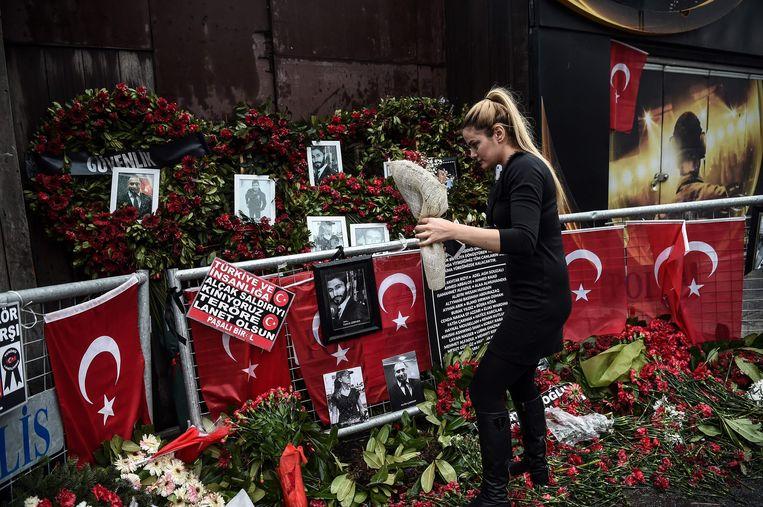 Een vrouw bij de bloemenzee voor club Reina in Istanbul. Beeld afp