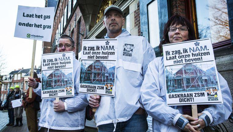 Demonstranten protesteren tegen de gaswinning in Groningen bij het Groningse provinciehuis. Beeld null