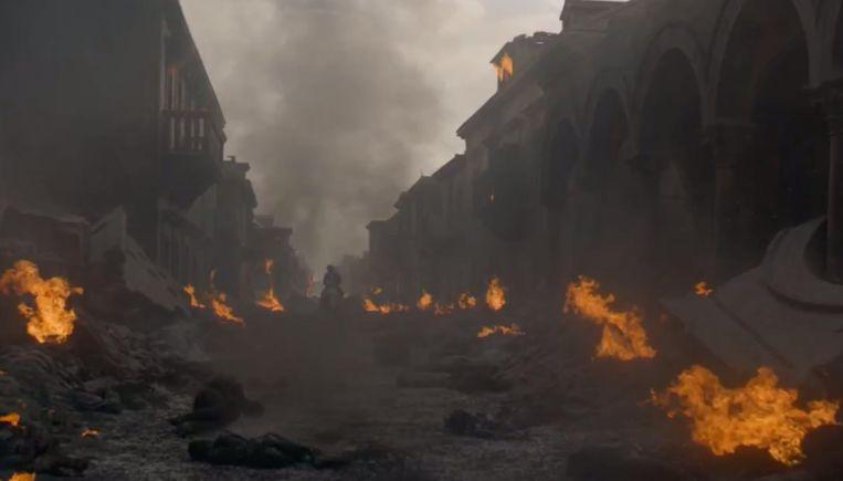Arya rijdt de stad uit...