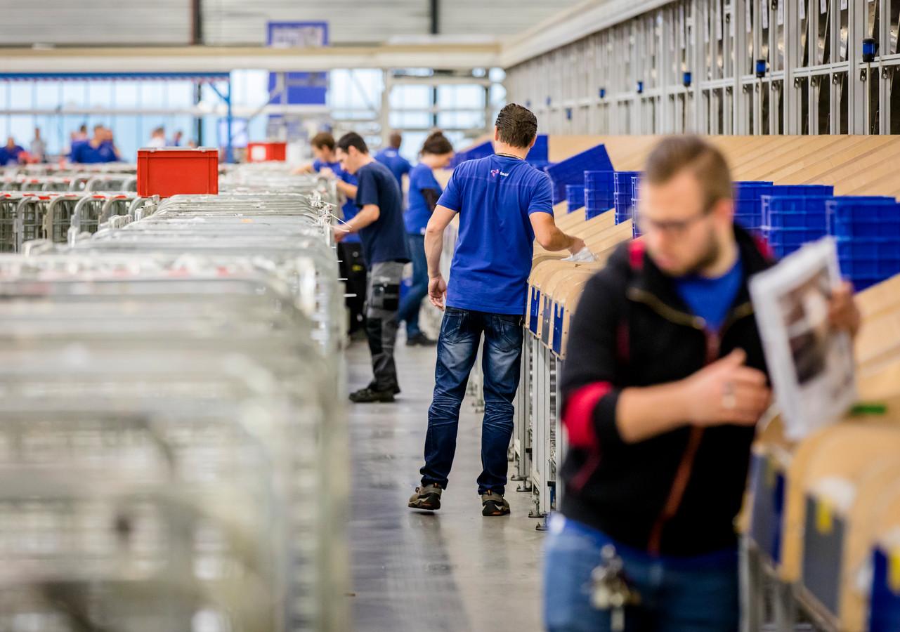 Medewerkers aan het werk in sorteercentrum Sandd.