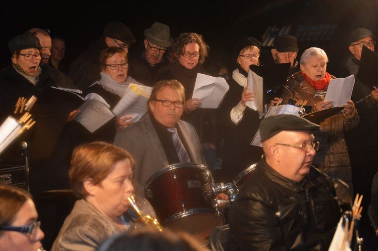 De Koninklijke Harmonie Sint-Cecilia in Appelterre-Eichem en de koren Sint-Gertrudis en In Dulci Jubilo 2000 sloegen de handen ik elkaar voor reveil.