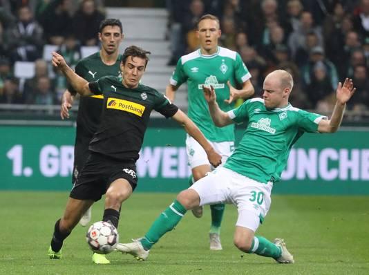 Davy Klaassen (r) in duel met Florian Neuhaus.