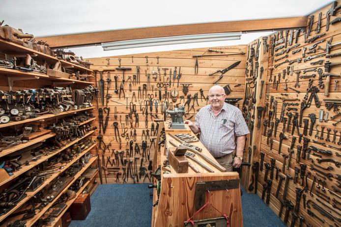 Mart van Gompel tussen zijn verzameling oude gereedschappen in Reusel.