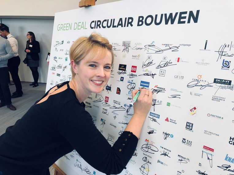Marketing Director Victoria Hemelaer van Deceuninck ondertekende mee het charter