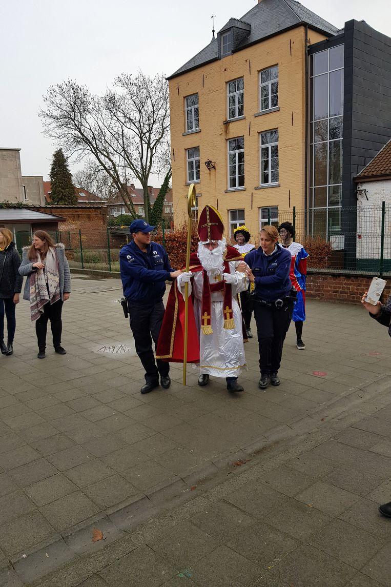 Ruisbroek - De politie bracht Sinterklaas naar de Vrije Basisschool Jan Ruusbroec.