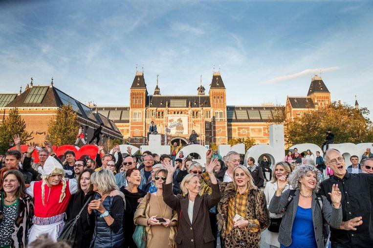 Amsterdammers kwamen woensdagavond in actie op het Museumplein voor het behoud van de I amsterdamletters. Beeld Jean-Pierre Jans