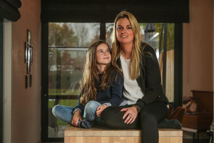 """An-Sophie met Alizée (7), die de gulle lach van haar papa heeft geërfd. """"Ze is een vrolijk kind. Haar geluk is het mijne."""""""