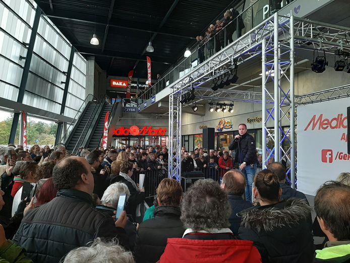 Frans Bauer zingt één van zijn nieuwe nummers.