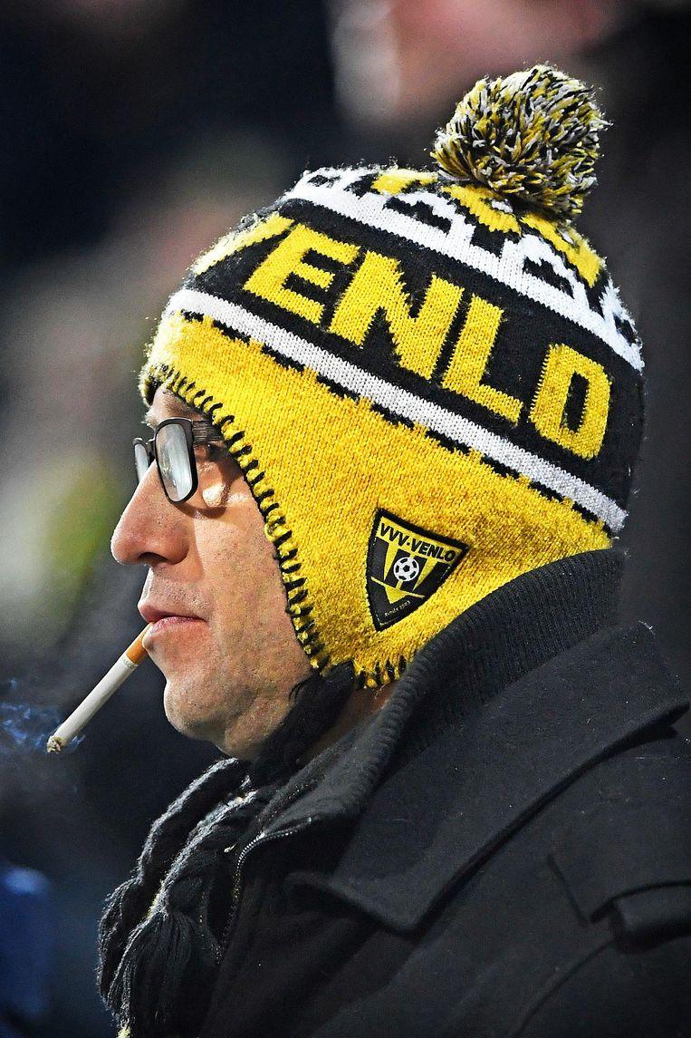 Een supporter tijdens VVV - Helmond Sport. Beeld Guus Dubbelman / de Volkskrant