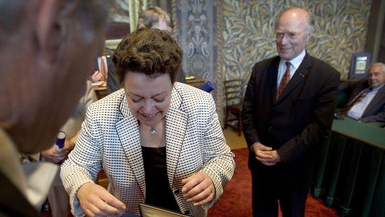 Rabbinge (rechts) wordt bij zijn vertrek uit de Eerste Kamer gedecoreerd door de Kamervoorzitter. © ANP. Beeld