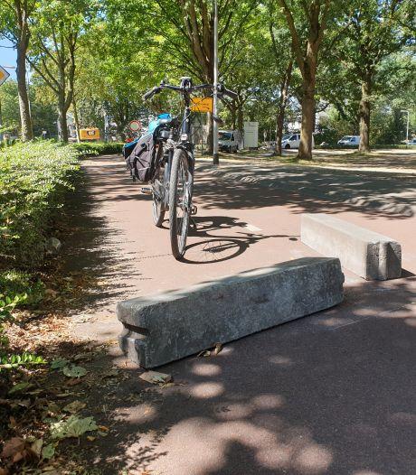 Tilburger (82) boos na val over betonblok dat dwars over fietspad ligt: 'Had wel op het kerkhof kunnen liggen'